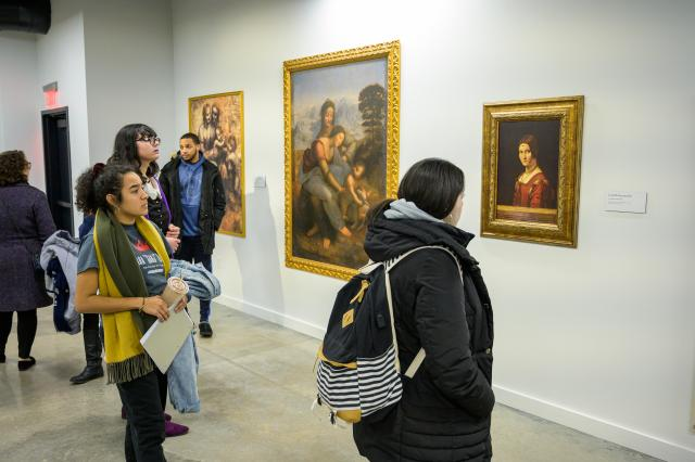 Students view replicas of da Vinci paintings